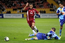 Metz - Le Havre, 11e journée de Ligue 2  : David Fleurival ne se laisse pas interrompre dans sa course par un tacle adverse.