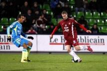 Metz - Lens, 17e journée de Ligue 2  : Pierre Bouby, buteur face à Lens, essai de se défaire du marquage d\'Eduardo