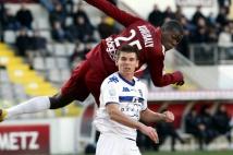 Metz - Bastia, 19e journée de Ligue 2  : Kalidou Koulibaly s\'envole dans les airs pour cogner le ballon de la tête, mais ce dernier ne trouvera pas le chemin des filets adverses.