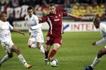 Amiens SC - FC Metz, 31° journée de Ligue 2   : Pierre Bouby à la lutte avec trois Amiénois.