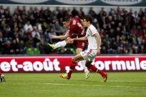 Metz-Guingamp, 36° journée de Ligue 2  : Andy Delort tente d\'apporter le danger sur le but guingampais.