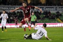 Metz-Angers, 34° journée de Ligue 2  : Pierre Bouby évite le tacle angevin.