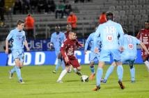 Metz-Tours, 38° journée de Ligue 2  : Thierry Steimetz, encerclé par ses adversaires tourangeaux